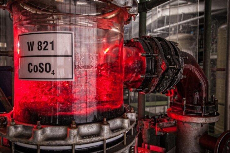 Blick in die hydrometallurgische Kobaltsulfatherstellung. Dieses Recyclingprodukt wird aus alten Lithium-Ionen-Akkus gewonnen und kann danach erneut zur Herstellung von Elektroautobatterien eingesetzt werden.