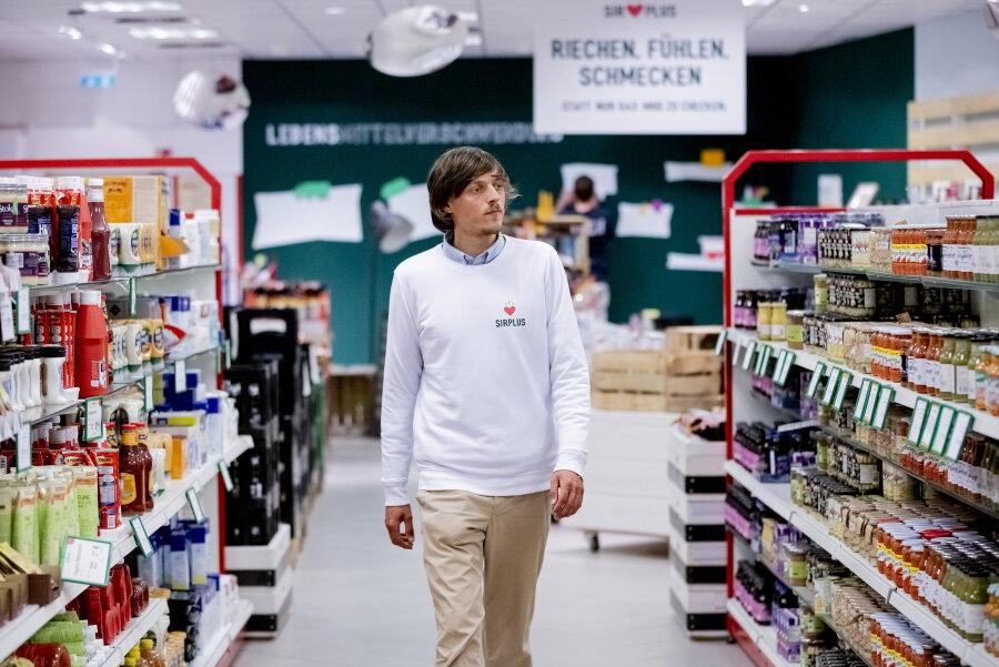 """Raphael Fellmer, Gründer und Geschäftsführer von """"SirPlus"""", läuft durch eine Filiale des Supermarktes """"SirPlus"""" für abgelaufene und übriggebliebene Lebensmittel in Berlin-Steglitz."""