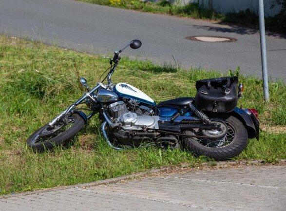 Bei einem Überholmanöver ist am Dienstagmorgen in Oelsnitz ein Motorradfahrer schwer verletzt worden.