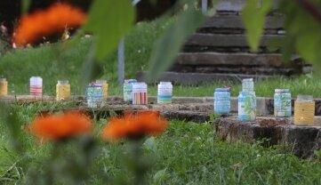 Die Kerzen im Park erinnerten an die Verstorbenen.