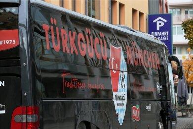 Der Mannschaftsbus von Türkgücü München unmittelbar vor der Rückfahrt in die bayerische Landeshauptstadt.