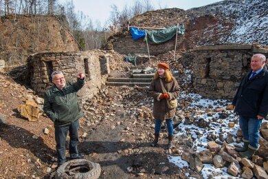 Ernestine Reeckmann, die Tochter des Schöpfers der Nixe, besuchte diese Woche die ausgegrabenen Reste des früheren Freibads. Hans-Joachim Laske (l.) und Frank Riedel erläuterten ihr die Überlegungen der Heimatfreunde.