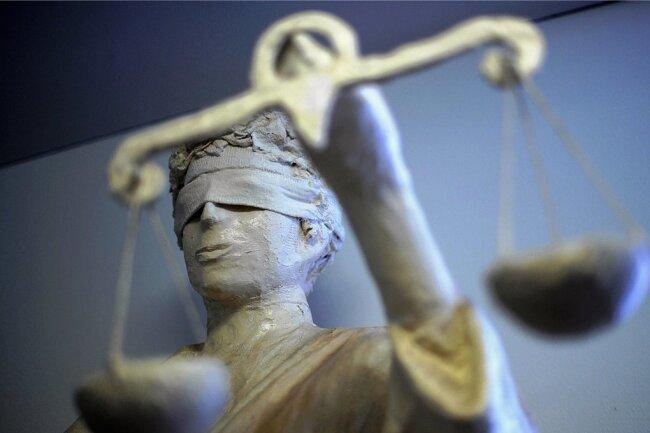 Vor dem Zwickauer Landgericht muss sich am Donnerstag eine Mutter aus Auerbach wegen versuchten Mordes verantworten.