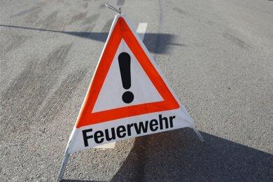 Unbekannte haben am Mittwochabend eine an der Hauptstraße im Reinsdorfer Ortsteil Vielau abgestellte Matratze angezündet.