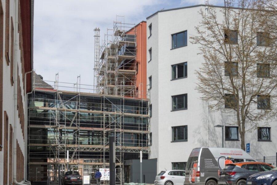 """Teile des Landratsamtes in Annaberg-Buchholz sind seit Ende März wieder eingerüstet. Der Kreis lässt Mängel an der Glasfassade beseitigen. Die Arbeiten ziehen sich bis ins nächste Jahr hin. Damit steht auch fest, dass die """"magische"""" Marke von 22 Millionen Euro für den neuen Verwaltungssitz durchbrochen wird."""