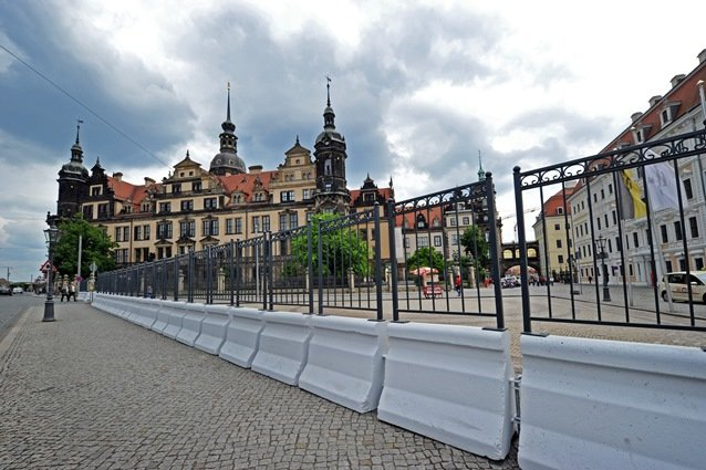 Ein Sicherheitszaun, der 80.000 Euro kostet, steht in Dresden vor dem Residenzschloss. Ab heute bis zum Freitag tagen hier die Finanzminister und Notenbankgouverneure der sieben führenden westlichen Industriestaaten (G7).