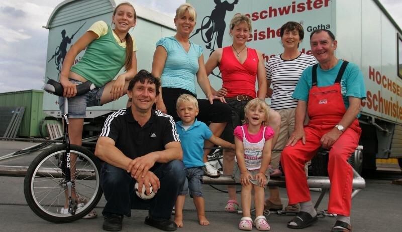 Elisabeth (links) wechselt durch den Tourneeplan der Weisheits fast wöchentlich die Schule.