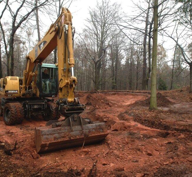 Eine Frohburger Firma hatte als Subunternehmer bei vorbereitenden Arbeiten auf dem geplanten Spielplatzareal den Boden aufgerissen und verteilt. Der ist aber verseucht, der Bauplatz somit unbrauchbar.