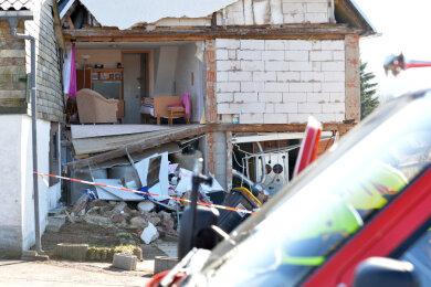 Der Giebel einesbewohntenWohnhauses ist am Montag gegen 12.30 Uhr im Muldaer Ortsteil Helbigsdorf eingestürzt.
