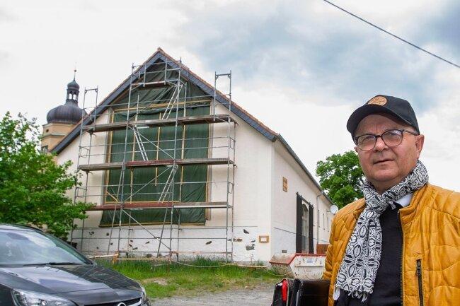 Die ehemalige Scheune des Kürbitzer Rittergutes wird derzeit zu Wohnraum umgebaut. Ab Herbst soll dort wieder Leben einziehen, kündigt Bauherr Klaus Walther an.