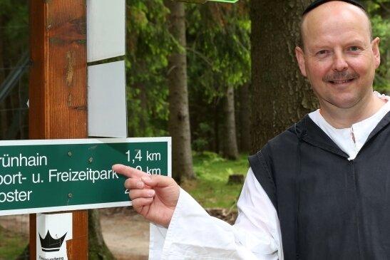 Michael Lohse lädt künftig einmal im Monat als Mönch zur Themenwanderung an den Spiegelwald ein.