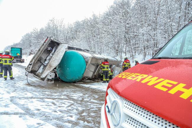 Auf der A4 ist gegen 10 Uhr ein Lkw ins Schlingern geraten, der Auflieger stürzte zwischen den Anschlussstellen Chemnitz-Ost und Glösa um.