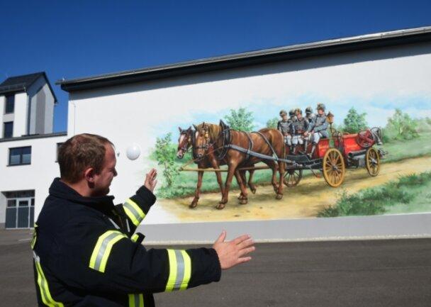 30 Quadratmeter misst das Kunstwerk am Gerätehaus in Bräunsdorf. Wehrleiter Christian Peters ist mit dem Ergebnis zufrieden.