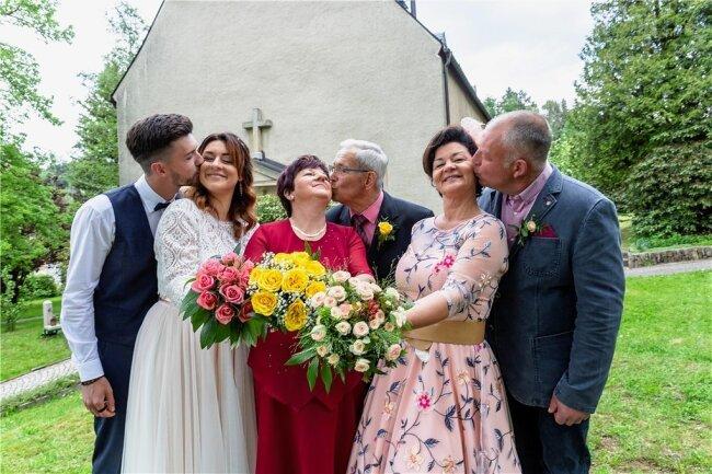 Hochzeit hoch 3: Niklas und Michelle Baier, Karin und Günther Baier sowie Anja Hartmann und Falk Baier (v. l.) haben den 5. Juni 2021 zum schönsten Tag in ihrem Leben als Familie gemacht. Es wurde zweimal geheiratet, einmal goldene Hochzeit gefeiert.