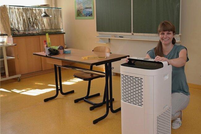Lehrerin Franziska Kökert mit dem mobilen Lüfter, der in ihrem Fachkabinett für saubere Luft sorgt.