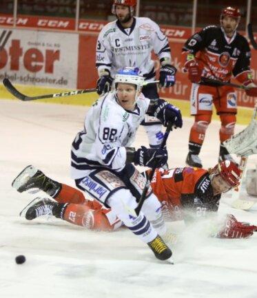 Kelly Summers (am Boden) und seine Mitspieler hatten gegen den Dresdner Stürmer Roope Ranta (vorn) einen schweren Stand. Der Finne stellte mit zwei Toren die Weichen für die Gäste.