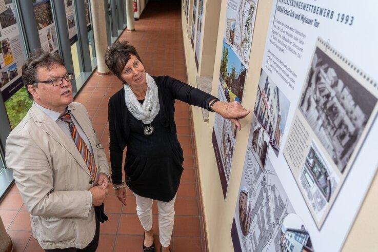 Fachbereichsleiter Sven Hörning, der seit 28 Jahren im Rathaus tätig ist, und Mitarbeiterin Sybille Ehrler, die seit 30 Jahren für die Stadtsanierung zuständig ist, vor einer der 27 Schautafeln im Ratssaalfoyer.