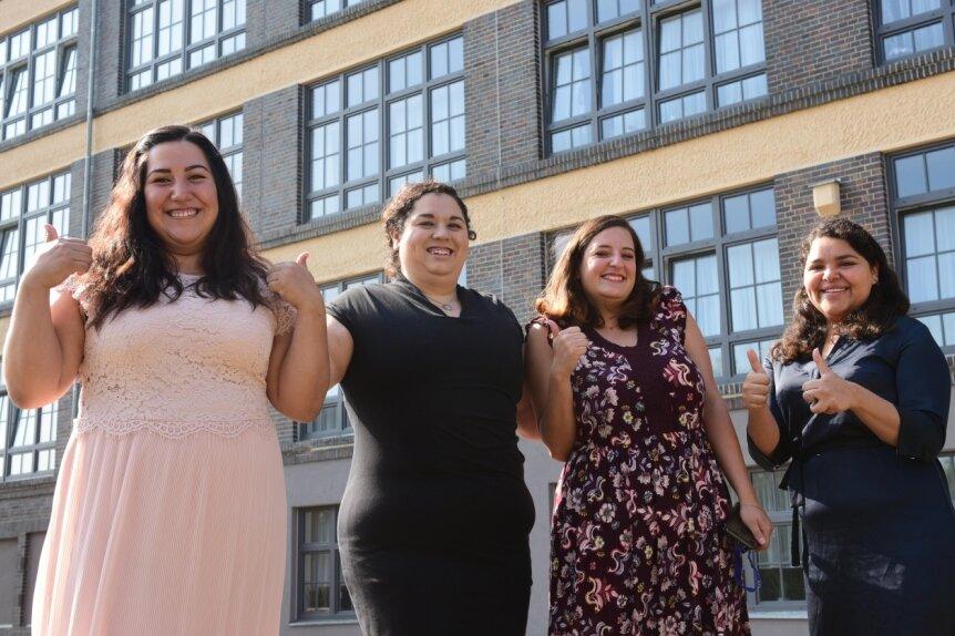 Melissa Aguilera, Ivette Escobar, Ana Gamez und Paola Plascencia aus Mexiko (von links) arbeiten als Pflegekräfte in den Einrichtungen der Azurit-Gruppe, hier vor dem Seniorenheim in Hartmannsdorf. Statt Arbeitskleidung tragen sie Kleider und Kostüm für den Termin mit einer Ministerin.