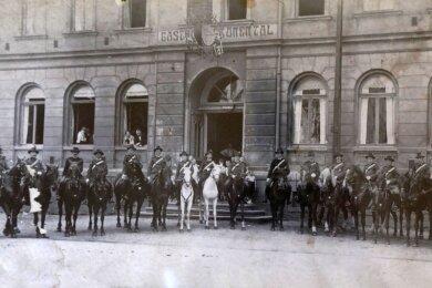 Die Gersdorfer Schützen nehmen 1925 vorm Gasthof Aufstellung wie eine Kavalleriekompanie. Äußerlich sieht der Gasthof noch heute so aus.