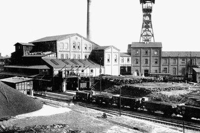 Der Morgensternschacht III erhielt am 13. April 1909 einen Gleisanschluss mit einem Betriebsbahnhof. Im Bild sind die Kohleverladung und der Holzplatz zu sehen.