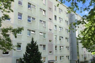 Die Mieter in der Otto-Just-Straße 52 in Reichenbach sind genervt. Seit Jahren wird in und am Haus randaliert.
