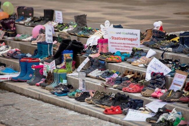 Als Zeichen des Protestes sind auf den Treppen vor dem Rathaus in Zwickau am Wochenende rund 500 Paar Schuhe abgelegt worden.