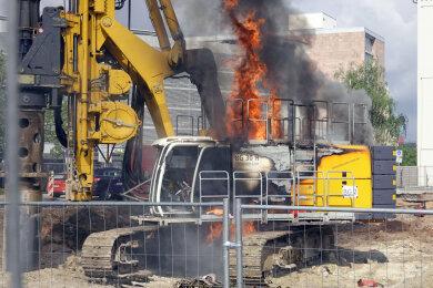 Eine Baumaschine stand am Montagvormittag auf dem Johannisplatz in Chemnitz in Flammen.
