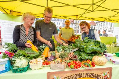 """Zucchini, Tomaten, Kohlrabi und mehr: Mit bunter Gemüse-Auswahl lockten Stände auf dem Plauener Altmarkt beim """"Spitzengenuss""""."""