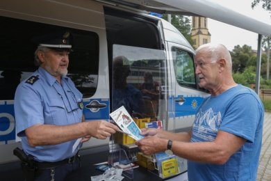 Berthold Reißig ließ sich am Transporter der Polizeidirektion Chemnitz zum Thema Einbruchsschutz beraten. Polizeihauptkommissar Uwe Nerger und seine Kollegen sind seit Juni mit dem Präventionsmobil auf Tour.
