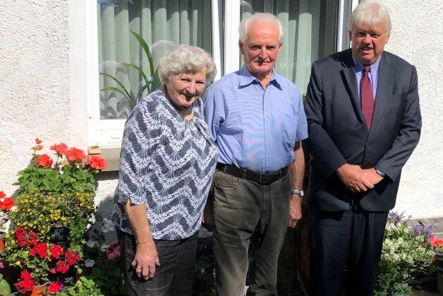 Oberbürgermeister Dieter Greysinger gratulierte Helga und Günter Franke in Bockendorf zur Eisernen Hochzeit.