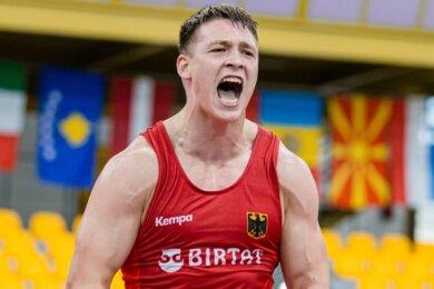Ringkämpfer Anton Vieweg schreit seine ganze Freude heraus, nachdem er im Halbfinale der Junioren-Europameisterschaft den Weißrussen Pavel Hlinchuk nach einem Rückstand besiegt hat.