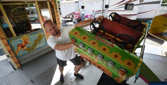 Philipp Walther poliert in Chemnitz sein Fahrgeschäft auf. Denn ein Feuerwehrmann aus Limbach-Oberfrohna hat nicht nur für ihn eine Idee, mit der sich für Mitglieder der Schausteller-Branche wieder etwas Geld verdienen lassen sollte.