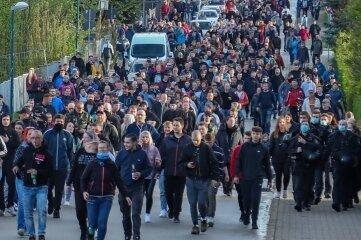 Mehrere hundert Menschen bei ihrem Spaziergang am Sonntagabend durch Zwönitz.