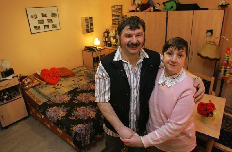 Andreas Heine und Ute Schulz sind seit zwölf Jahren ein Paar und haben ein gemeinsames Zimmer mit eigenem Bad im Haus bezogen.