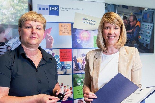 Cindy Krause (r.) übergab die Auszeichnung an Grit Neumann.