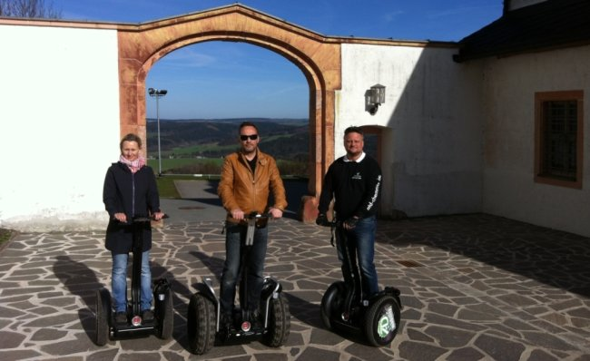 Doreen Fiebig von der Tourist-Info, Bürgermeister Dirk Neubauer und Segway-Tourguide Thomas Dübner im Schlosshof von Augustusburg.