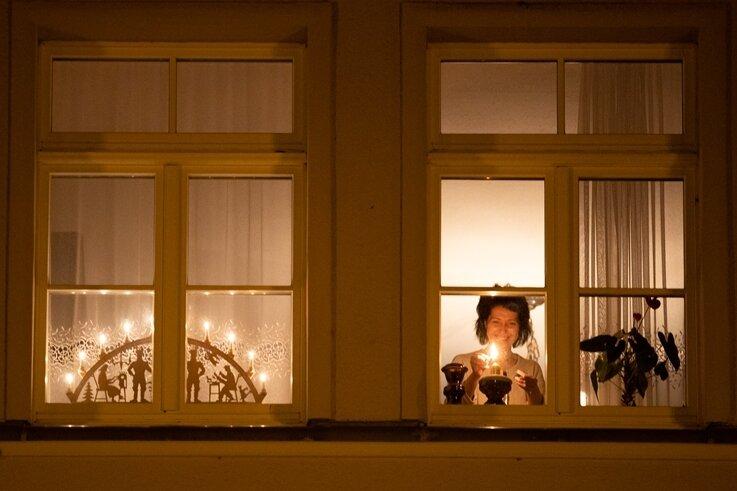 Carmen Hickmann beim Entzünden einer Kerze. Punkt 21 Uhr am Samstagabend schaltete die Annaberger Familie zudem ihren Schwibbogen an. Auch in Scheibenberg, Schönbrunn, Bärenstein ... und in vielen anderen Orten der Region und darüber hinaus, folgten die Menschen dem Aufruf.