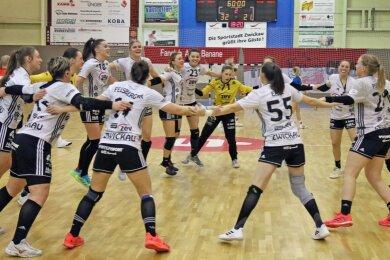 Nach dem erneuten überzeugenden Heimsieg ließen die Handballerinnen des BSV Sachsen Zwickau ihrer Freude am Samstag freien Lauf.