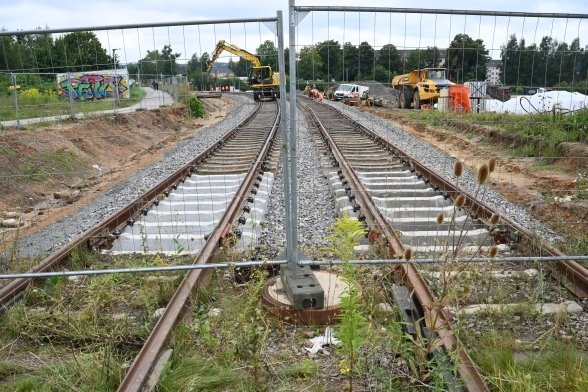 Bis auf Höhe des Bauzauns lag der Gleisstumpf an der Fraunhoferstraße. In den vergangenen Tagen wurde der Anschluss an die Neubaustrecke geschafft. Die Route nach Aue ist damit komplett.
