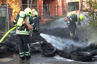 Ein Altreifenlage in Chemnitz ist in Flammen aufgegangen.