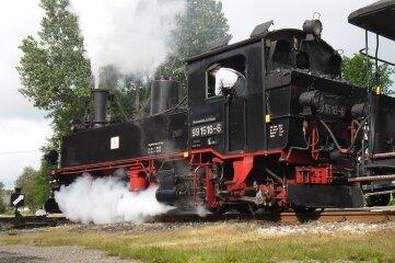 Der Museumszug erreicht den Bahnhof Schönheide.