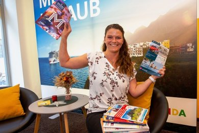 Franziska Hegner in ihrem Reisebüro Sonnenklar.