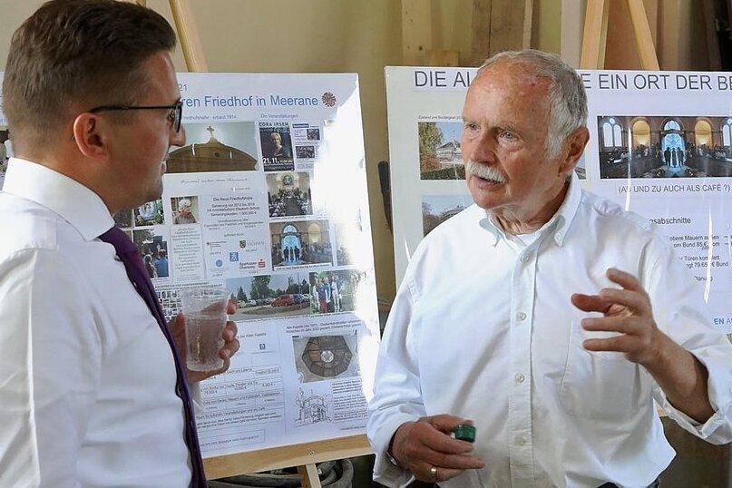 Der Förderkreis-Vorsitzende Peter Ohl (rechts) informierte den Bundestagsabgeordneten Carsten Körber über den Baufortschritt.