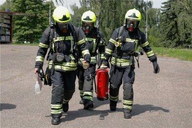 Feuerwehrleute rückten zur Havarie in die Eissporthalle aus. Dort war Ammoniak ausgetreten.
