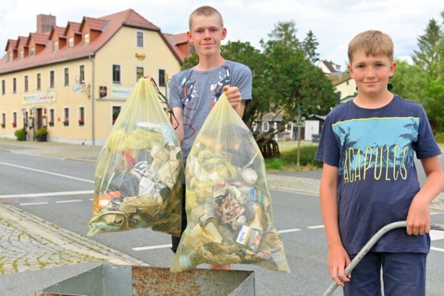 Jannek und Levin Strohbach präsentieren die Müll-Ausbeute vom Dienstag.