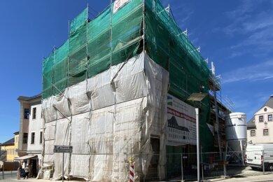 Noch von weiß-grünen Gerüstnetzen eingehüllt: das Goethehaus. Bis Ende des Jahres sollen die Arbeiten abgeschlossen sein.