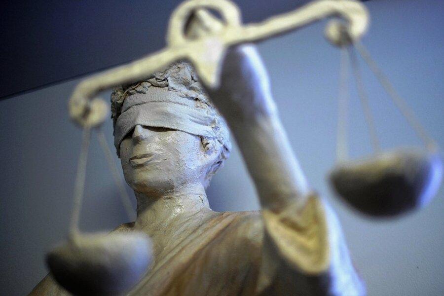 Die Regeln rund um Corona im Vogtland werden immer lockerer. Das Auerbacher Amtsgericht musste sich jetzt mit einem Verstoß aus dem Januar befassen. Foto: Peter Steffen/dpa