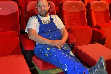 Die Füße kann Filmbühnen-Chef Andreas Ronneberger nur fürs Foto hochlegen. Vor der Wiedereröffnung ist noch einiges zu tun.