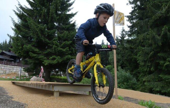 Der vierjährige Pepe Oettel durfte den Bike-Spielplatz schon einmal testen. Am kommenden Wochenende soll der Parcours für die jüngsten Radfahrer auf dem Rabenberg eröffnet werden.