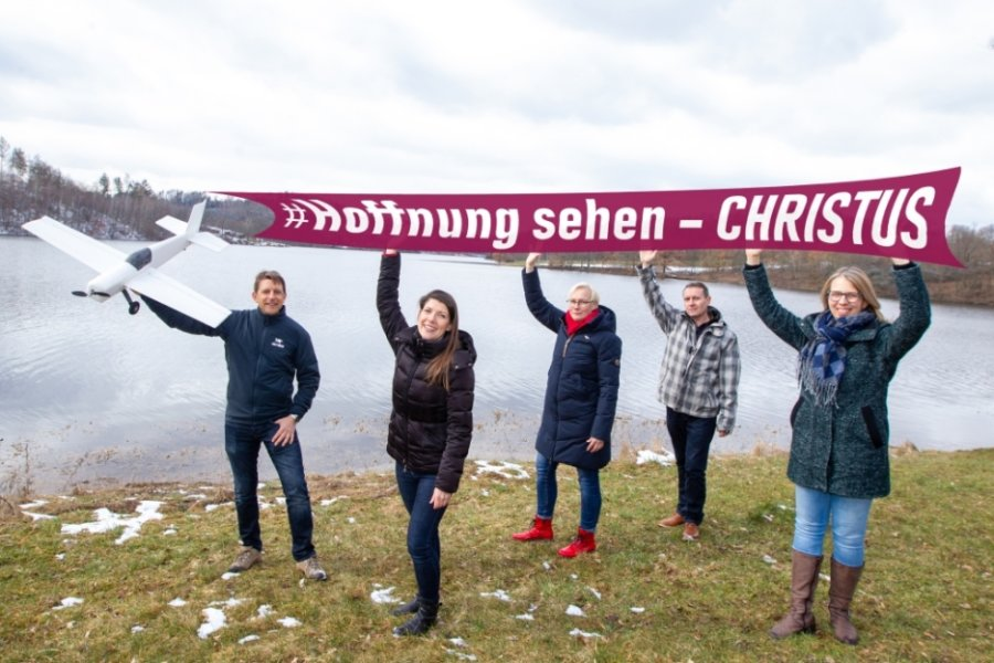 Sie stellen die luftige Osteraktion des Kirchenverbunds Vogtland vor: Kai Stecher, Ulrike Pentzold, Maja Härtel, Heiko Ullmann und Daniela Rödel (von links).